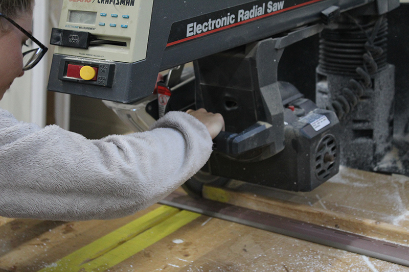 Operating a saw